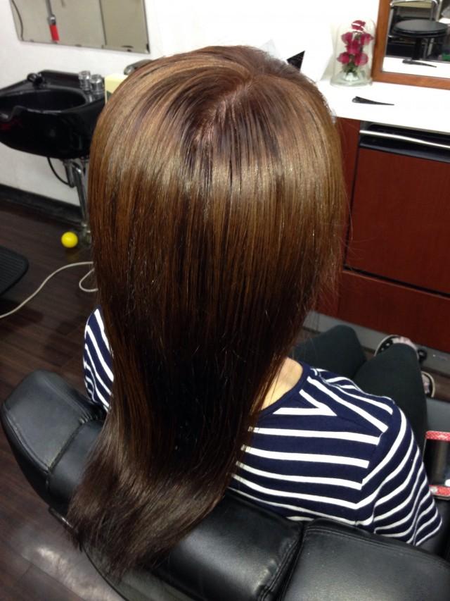 秋色にトーンダウンです✂️ トリートメント配合カラーで、こんなにツヤツヤに✨ 痛んでいた髪の毛を修復出来ました✨