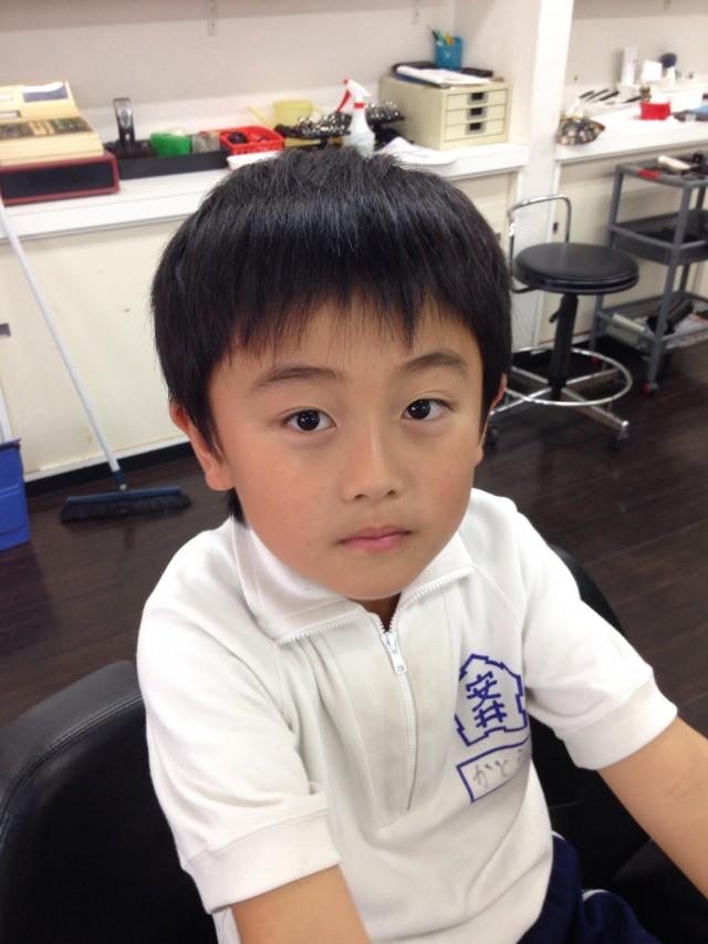 カットシェービング前の小学校2年生の男の子です(^-^)/ ママさんの希望は、スッキリ短くカッコ良くです(^-^)/ 施術前後の写真を見比べて下さいね!!
