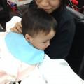 3歳の男の子です。  ママに抱っこしてもらって安心カットです(^-^)/  ママも、一緒に前髪カットもさせてもらいました。