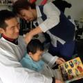 パパに抱っこしてもらって本を読んでもらいながらカットです✂️  DVDを見たり、本を読んだりしながらカットする事が出来るので、子供さんも楽しみながら出来ます(^-^)/  抱っこ用クロスもあるのでパパ ママも安心ですよ!!