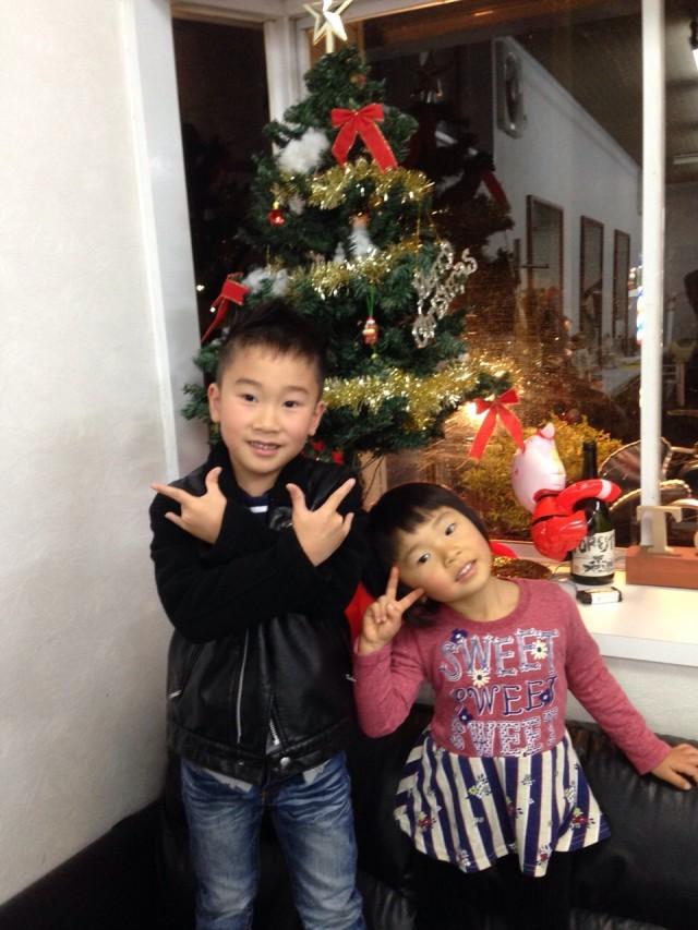 お兄ちゃんも、妹チャンもカッコ可愛くなって喜んでくれました(^-^)/ ツリーの前で、2人でポーズしてくました!!