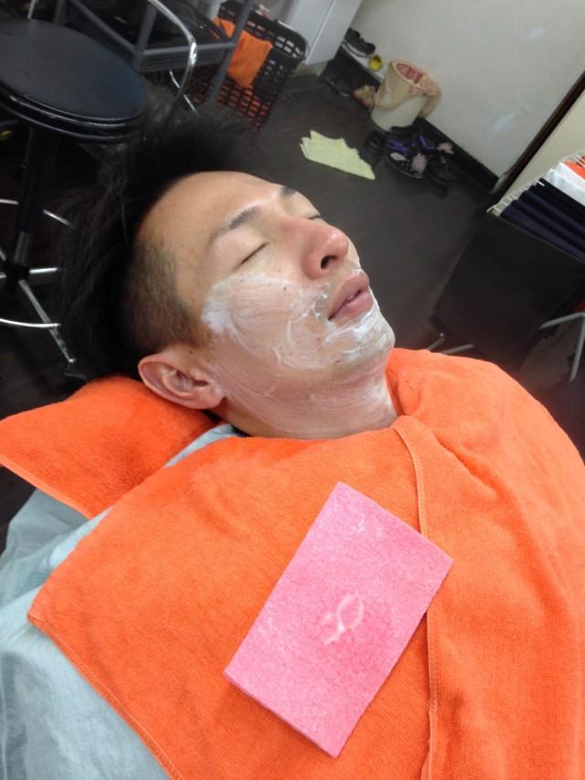 早朝より、シェービングです!! お髭も1日はえてこないように、深く剃らせていただきます。ソフトピーリング効果により、お肌が1〜2トーン明るくなりますよ(^-^)/