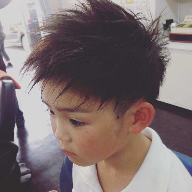 小学校1年生の男の子です。 ツーブロックオールフロントスタイルです!! 3代目登坂君風です(^-^)/