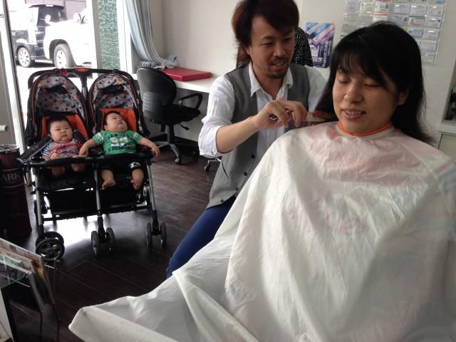 双子のお子さんを連れて来店して頂いても保育士完備しているので、ママも安心してカットする事が出来ます!