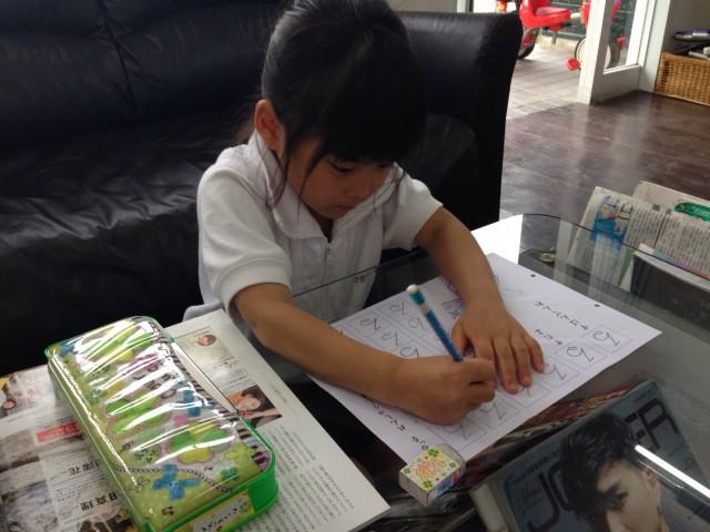 娘さんは、待っている間に宿題をやっています。 保育士も完備しているので安心です(^-^)/