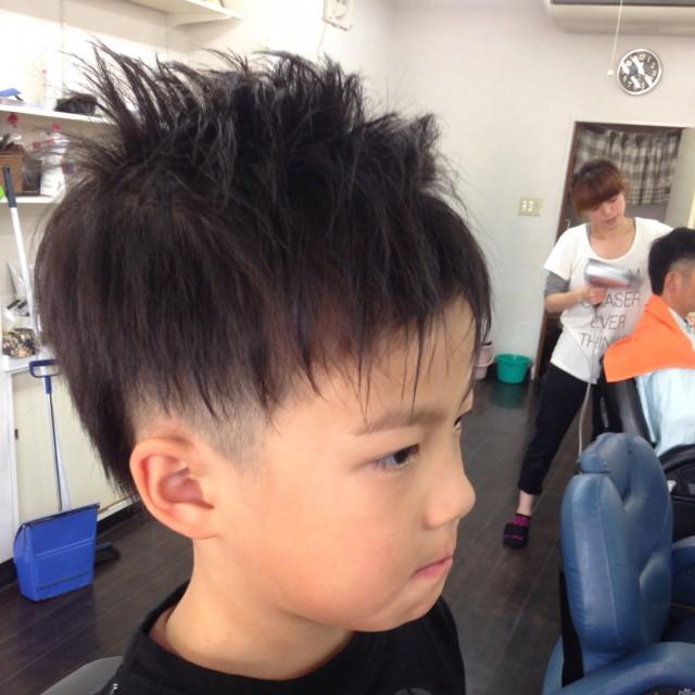 小学校一年生の男の子です! 夏にぴったりツーブロックショートスタイルです(^-^)/