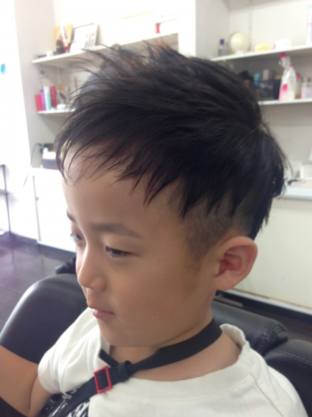 もうすぐ6歳になる男の子です! 夏にぴったりツーブロックショートモヒ風スタイルです(^-^)/