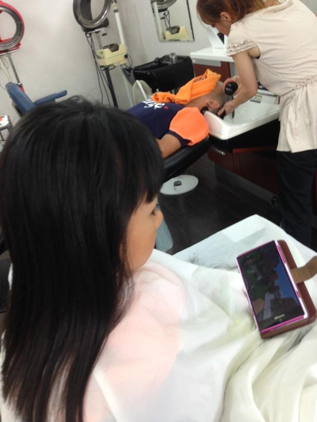 携帯の、ゲーム youtubeを見ながらカットする事が出来ます! じっとしててくれるので、パパママも、安心ですよ(^-^)/ 保育士も完備しております!