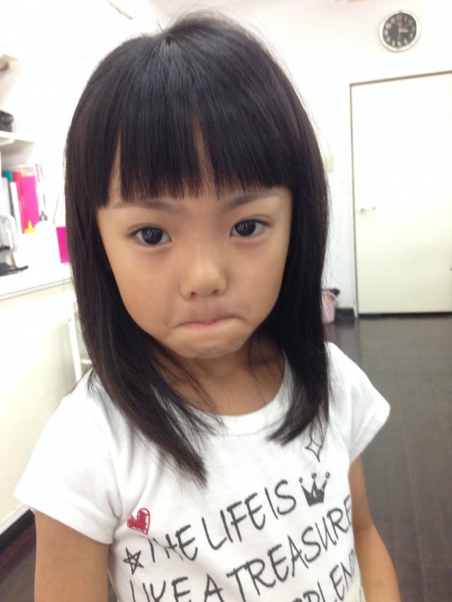 小学校一年生の女の子です。 前髪もみじかくして、全体にレイヤーを入れてあるので、スッキリ軽やかなスタイルです! シェービングもしたので、眉毛もお顔もスッキリしてさらに可愛いくなりました(^-^)/
