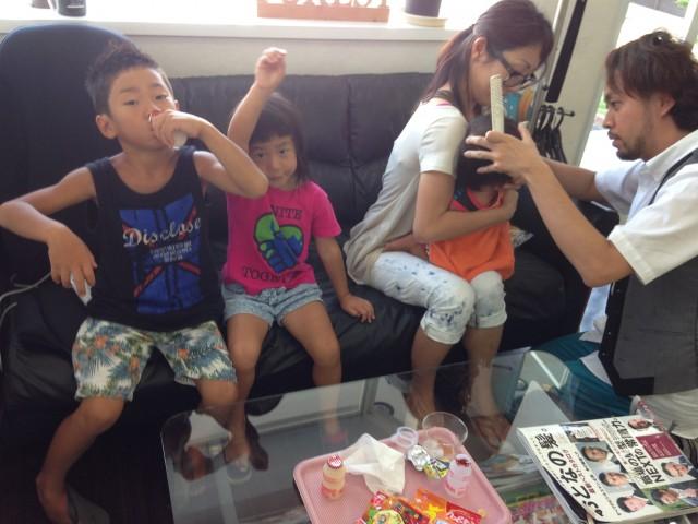 夏休みに、ママと兄弟3人で来店です! 保育士も、完備しているので安心です!! 1歳になったばかりのお子さんも、まママに抱っこされてカットです(^-^)/