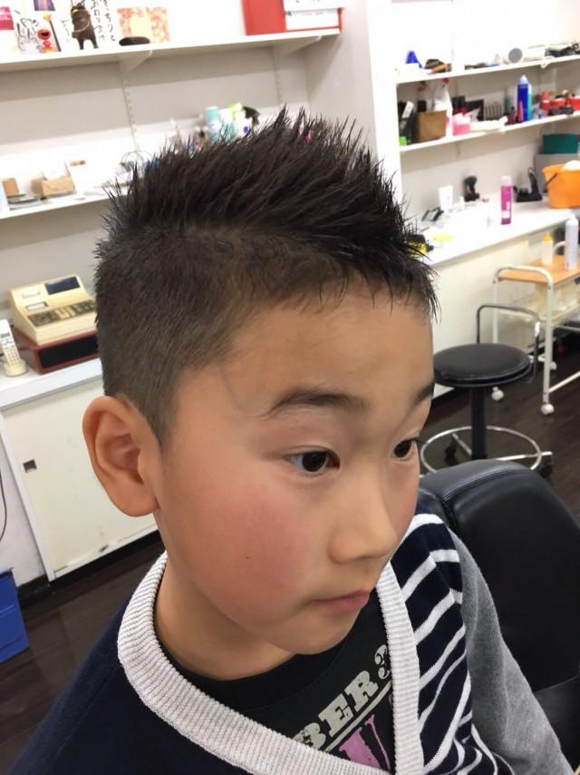小学1年生のお兄ちゃんです。 スッキリ刈り上げてショートモヒカンスタイルに変身です(^-^)/