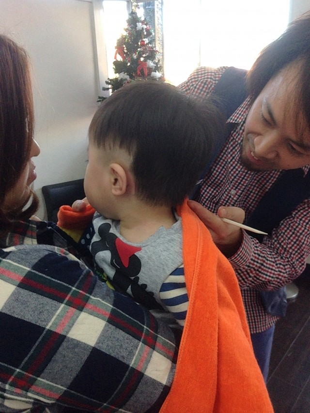 一歳の男の子も上手にカットすることが出来ます! ままに抱っこしてもらいながらカットです! ツーブロックスタイルに変身です(^-^)/ 保育士も完備しているので安心ですよ〜!!