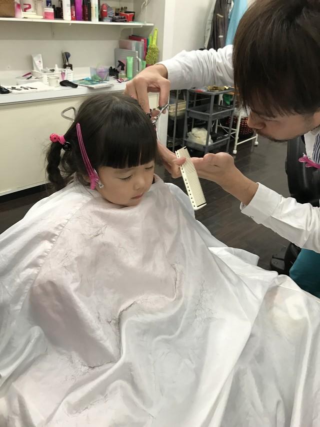 年中さんの女の子ちゃんです。長かった前髪をスッキリです! 保育士も完備してるので、ママもパパも安心です(^-^)/ カット時間に、ママもパパもカットしたりシェービングエステしたりカラーする事も出来ますよ〜!!