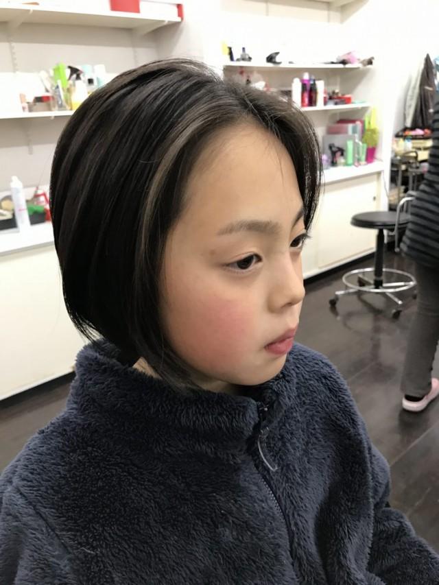 6歳小学校1年生の女の子チャンです。 スッキリカットして前下がりボブスタイルに変身です!! 大人っぽく可愛いくなりました(^-^)/