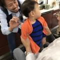 一歳の男の子です。パパに抱っこしてもらって上手にカットです! 保育士も完備しているので安心ですよ(^-^)/ 本を読んだり、DVDを見たりしてカットする事が出来ます!!