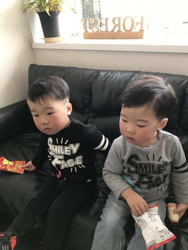 2歳の双子の男の子2人です!!上手にカット出来ました(^-^)/ 保育士も完備しているので安心です!! ツーブロック 七三分けスタイルです!! 兄弟で左右七三分のパートをかえてあります!!