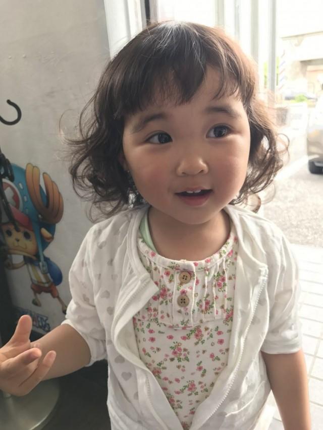 3歳の女の子チャンです。 前髪カットしてとっても可愛くなりました(^-^)/