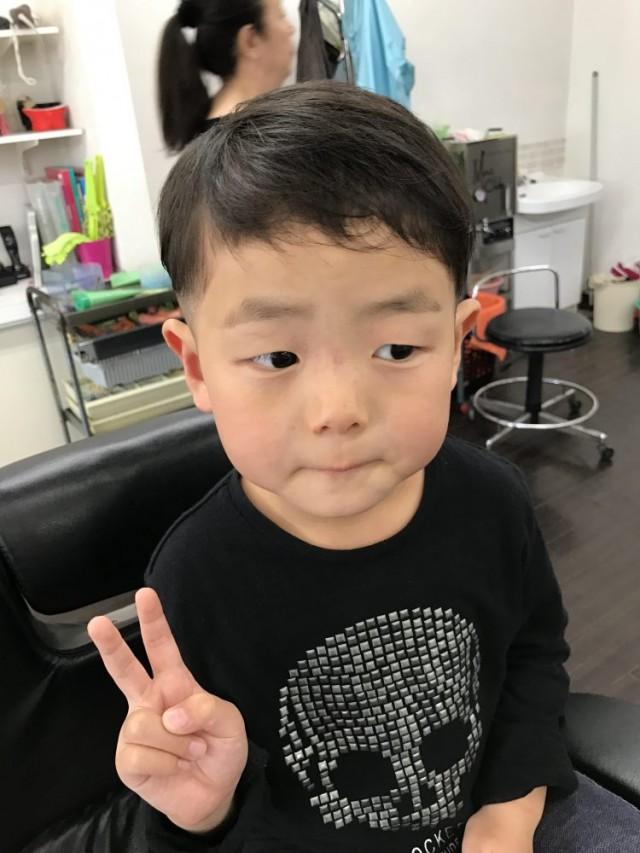 4歳の男の子です(^-^)/ カット シェービングでスッキリカッコ良くツーブロックスタイルに変身です!!