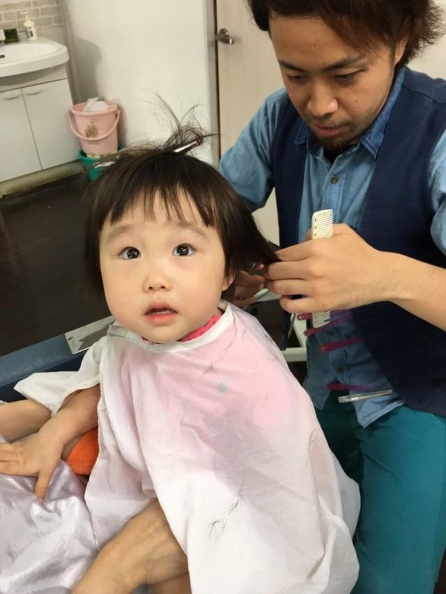 2歳になる女の子です! ママに抱っこしてもらって上手にカットです(^-^)/ 保育士も完備してあるので安心ですよ〜♫