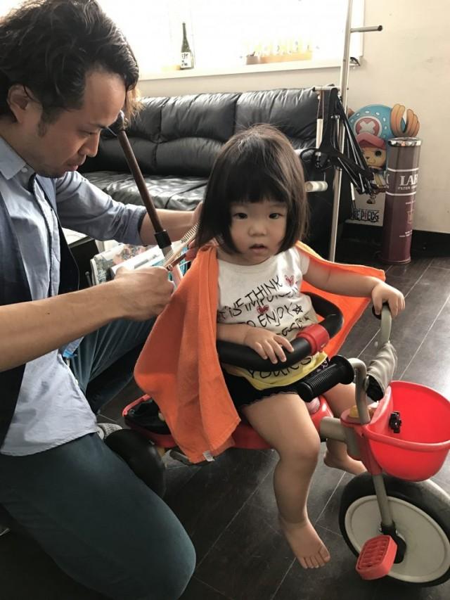 2歳の女の子チャンのカットです! カット椅子に座るのは、嫌みたいなので特製の三輪車カットです(^-^)/笑 保育士も完備しているので安心してカットする事が出来ます!!