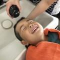 小さい お子様も 上手に施術 する事が出来ます(^-^)/ 保育士も、完備してあるので安心ですよ〜  気持ち良さそうに上手に シャンプーしてますね!!