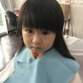 2歳になる女の子チャンが、来店してくれました(^-^)/ お目目クリクリで可愛いですね!! 保育士も完備しているので安心してカットする事ができます(^-^)/