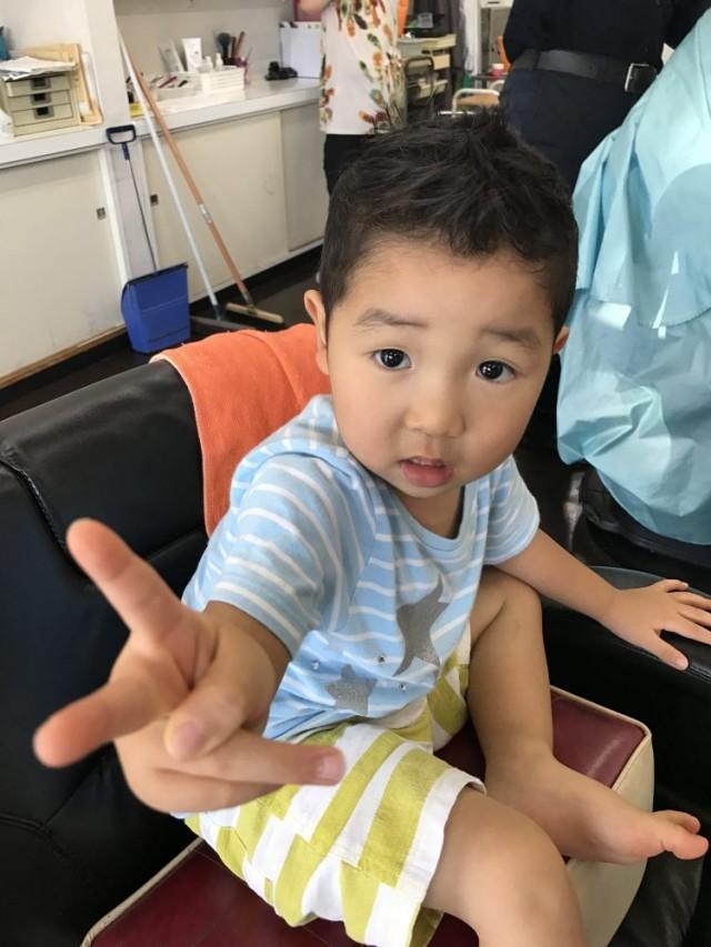 1歳 2歳 ぐらいの男の子のお客様です(^-^)/ 上手にカットできて、カッコ良くなったので、喜びのピースポーズです!! 保育士も完備しているので、安心してカットする事が出来ます(^-^)/