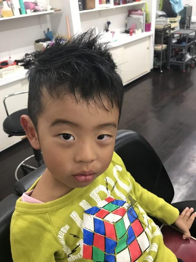 5歳の年中組さんの男の子です。 七五三用にカッコ良くツーブロック ソフトモヒカン スタイルです!! 保育士も完備しているので、安心してカットする事が出来ます(^-^)/