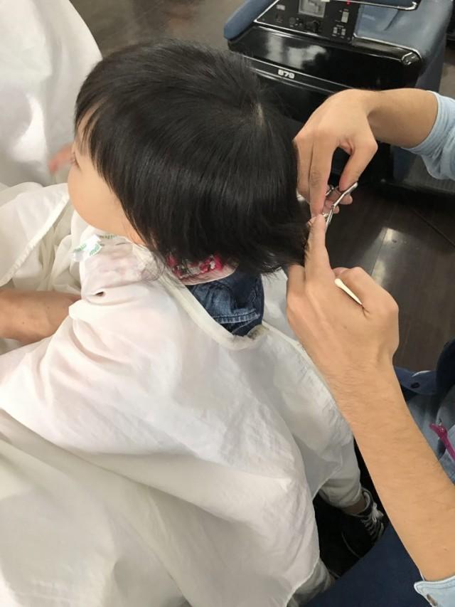 後ろの髪の毛も、ママに抱っこしてもらって上手にカット出来ました(^-^)/