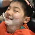 小さいお子さんもシェービングするですよー! 産毛もスッキリ 眉毛もスッキリカッコ良くなります! 剃ったら濃くなる心配をされる方も多いですが、そんな心配もありません!!  お子様も気持ちよくて、満面の笑顔です(^-^)/