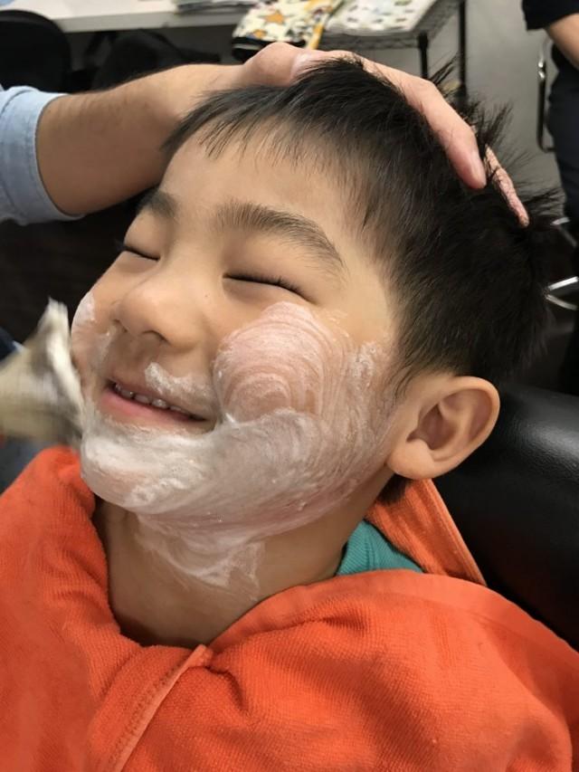 小さいお子さんもシェービングするんですよー! 産毛もスッキリ 眉毛もスッキリカッコ良くなります! 剃ったら濃くなる心配をされる方も多いですが、そんな心配もありません!! お子様も気持ちよくて、満面の笑顔です(^-^)/