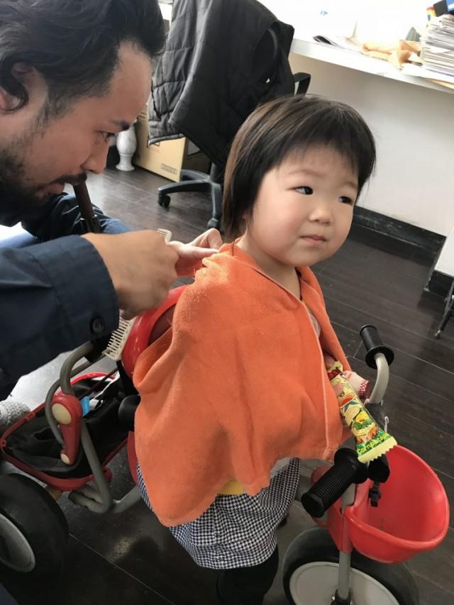 2歳 の可愛い女の子チャンです!! 椅子に座るのもイヤ、抱っこでもイヤ、そんな時は!!三輪車の特別ステージで、カットです(^-^)/