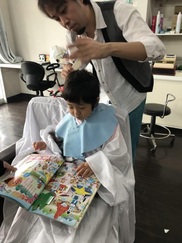 小さいなお子様も、安心してカットする事が出来ます(^-^)/ 保育士も完備しているので安心です!! 平日の方が比較的スムーズに施術できます。