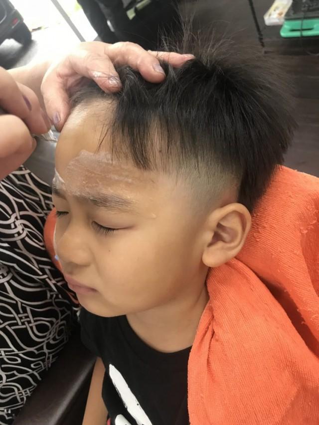 小さいお子さんの シェービング   お顔そり も承っております!! 剃ったら濃くなるは、もう古いですよー(^-^)/