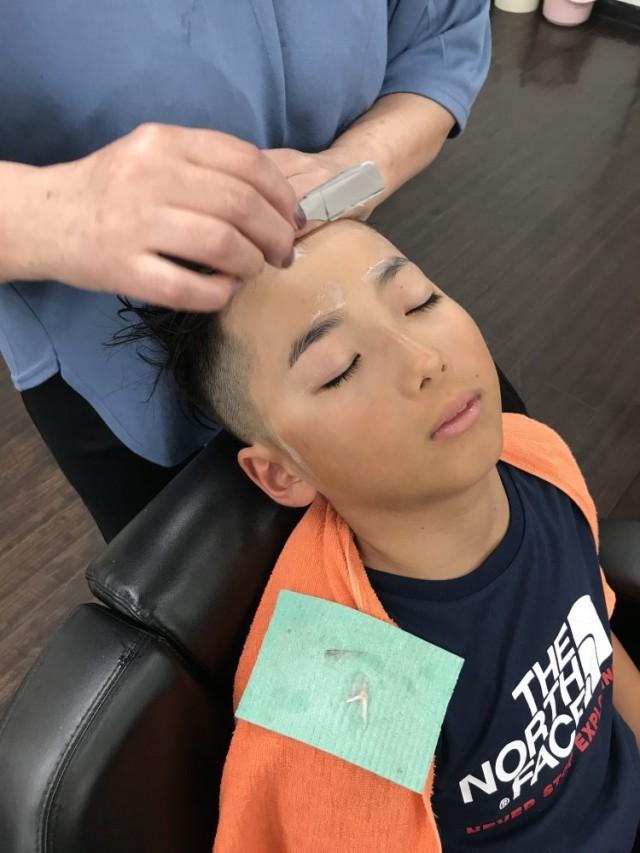 小学生だって 顔そり シェービング   をします!! 顔もスッキリ 眉毛もスッキリ 剃ったら濃くなるはもう過去の話です(^-^)/