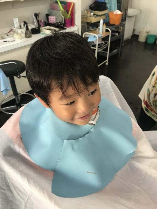 カット 前の 3歳 の 男の子 チャンです!! 保育士 保育士完備 してあるので安心できるカットする事が出来ます(^-^)/