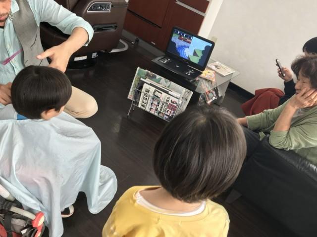 2歳 の 男の子 チャン 上手に カットデビュー!! 裏ワザは、三輪車 DVD  です^_^